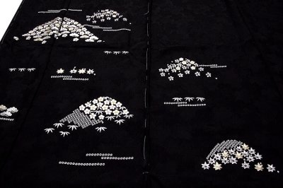 画像1: ■「贅沢な総刺繍」 黒色 柄全てが細やかな刺繍 山文様 松竹梅 立体的な桜地紋起こし 高級ちりめん生地使用 正絹 付下げ 訪問着■