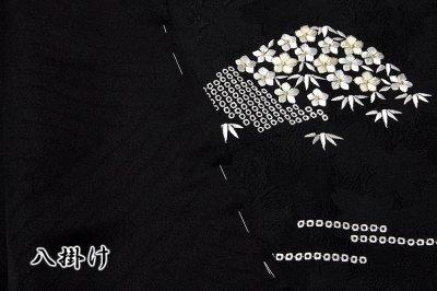 画像3: ■「贅沢な総刺繍」 黒色 柄全てが細やかな刺繍 山文様 松竹梅 立体的な桜地紋起こし 高級ちりめん生地使用 正絹 付下げ 訪問着■