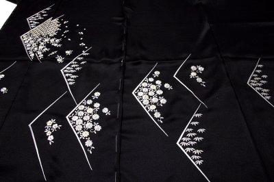 画像1: ■「贅沢な総刺繍」 黒色 柄全てが細やかな刺繍 七宝 菊梅笹 高級ちりめん生地使用 正絹 付下げ 訪問着■